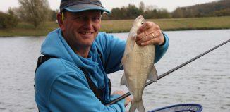 Darren Cox et une magnifique brême prise en surface